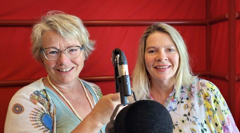 KLARE FOR TURNÉ: Fra en bobil skal Marit Amundsen (til venstre) og Merethe Wagelund sende daglig radio i fire uker. Gjennom sendingene skal fastboende og turister bli bedre kjent med det nye store fylket; Innlandet.